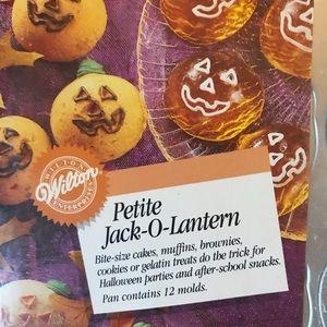 Wilton Kitchen - Wilton Petite Jack-o-Lantern 12-cav Cake Pan NWT